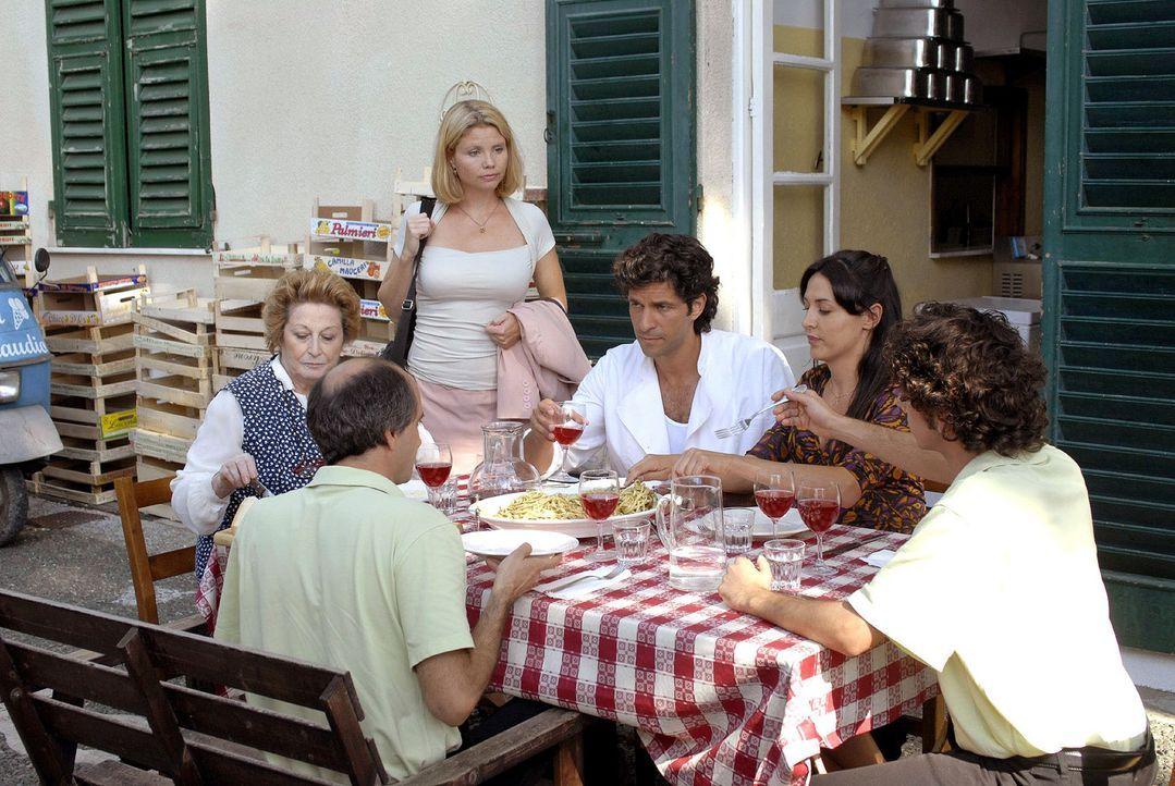 Fabio und seine Eisdielen-Belegschaft sind nicht gerade begeistert über Lissy Anwesenheit. v.l.n.r.: Luca (Vincenzo Zampa), Marja, Lissy (Annette Fr... - Bildquelle: Sat.1