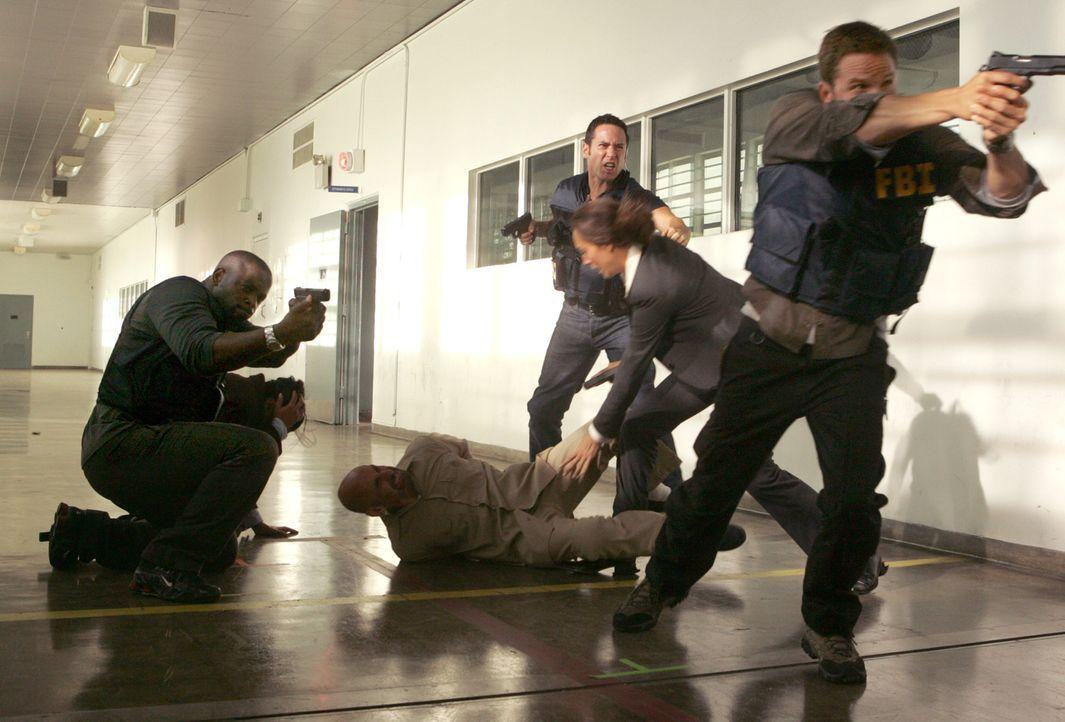 Im Gefängnis kommt es für Don (Rob Morrow, 3.v.r.) und seine Leute zu einem Showdown ... - Bildquelle: Paramount Network Television