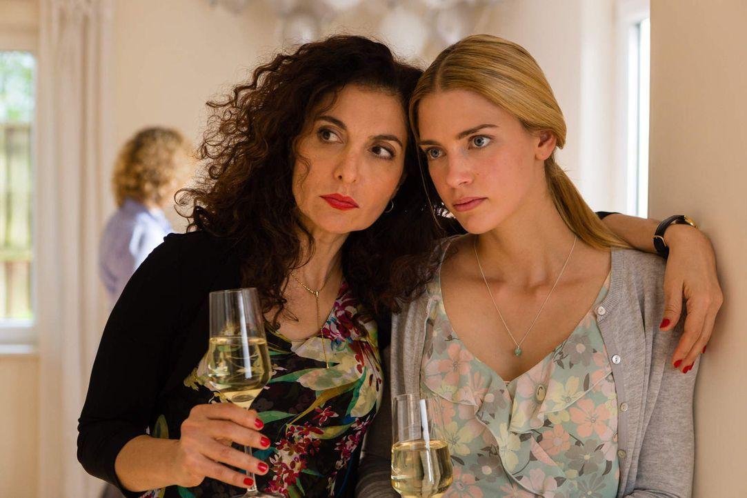 Kerstin (Proschat Madani, l.) beneidet ihre Freundin um ihre Zukunft an der Seite eines zuverlässigen und liebevollen Mannes. Doch ausgerechnet am T... - Bildquelle: Arvid Uhlig SAT.1