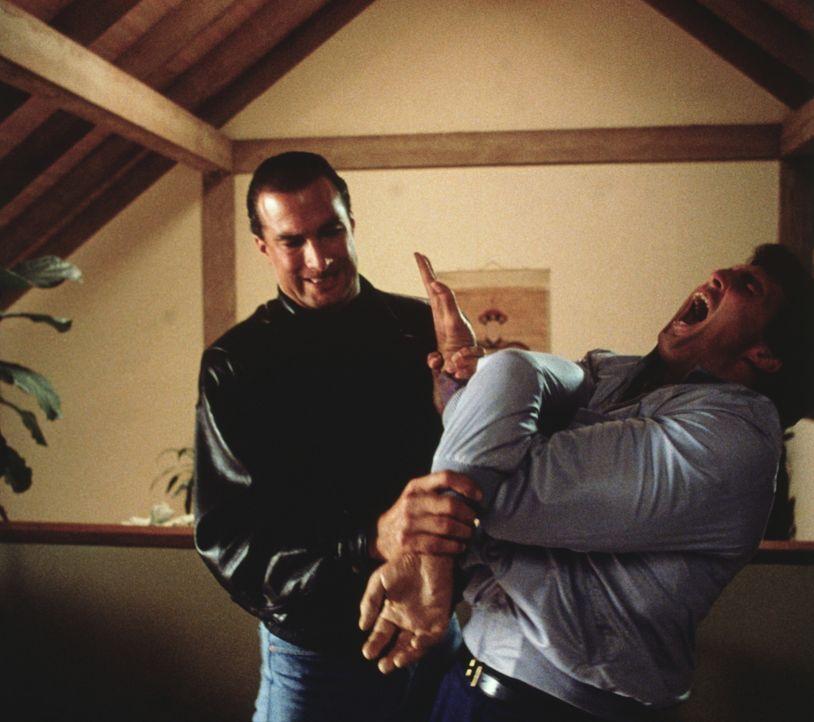 Einzelkämpfer Mason Storm (Steven Seagal, l.) geht mit den Wachen des korrupten Politikers Trent nicht gerade zimperlich um ... - Bildquelle: Warner Bros.