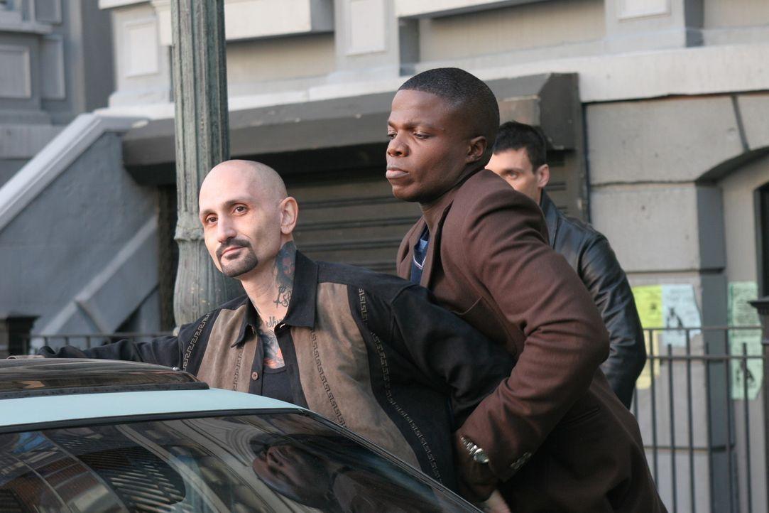 Was weiß der Gangster Johnny Currea (Robert LaSardo, l.) über den Mord an Bud Kessel? Detective Tom Selway (Reno Wilson, M.) versucht, dies heraus... - Bildquelle: TM &   2006 CBS Studios Inc. All Rights Reserved.