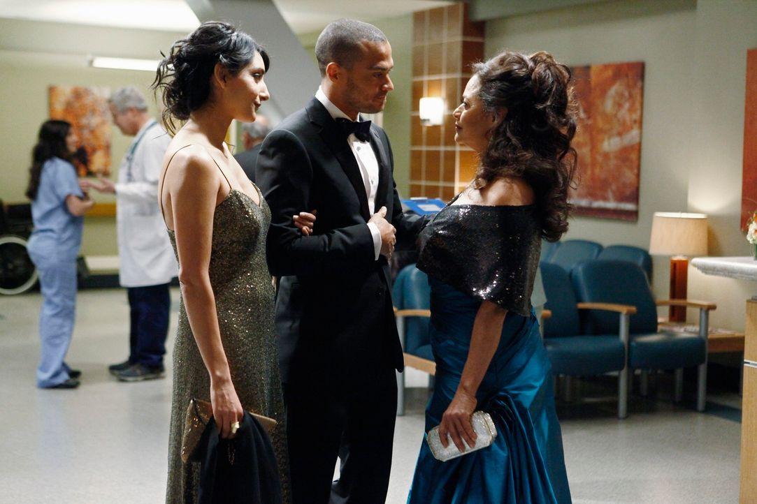 Dr. Catherine Avery (Debbie Allen, r.), Jacksons Mutter, ist wieder in der Stadt und hat ihre Star-Schülerin Dr. Mara Keaton (Rebecca Hazlewood, l.)... - Bildquelle: ABC Studios