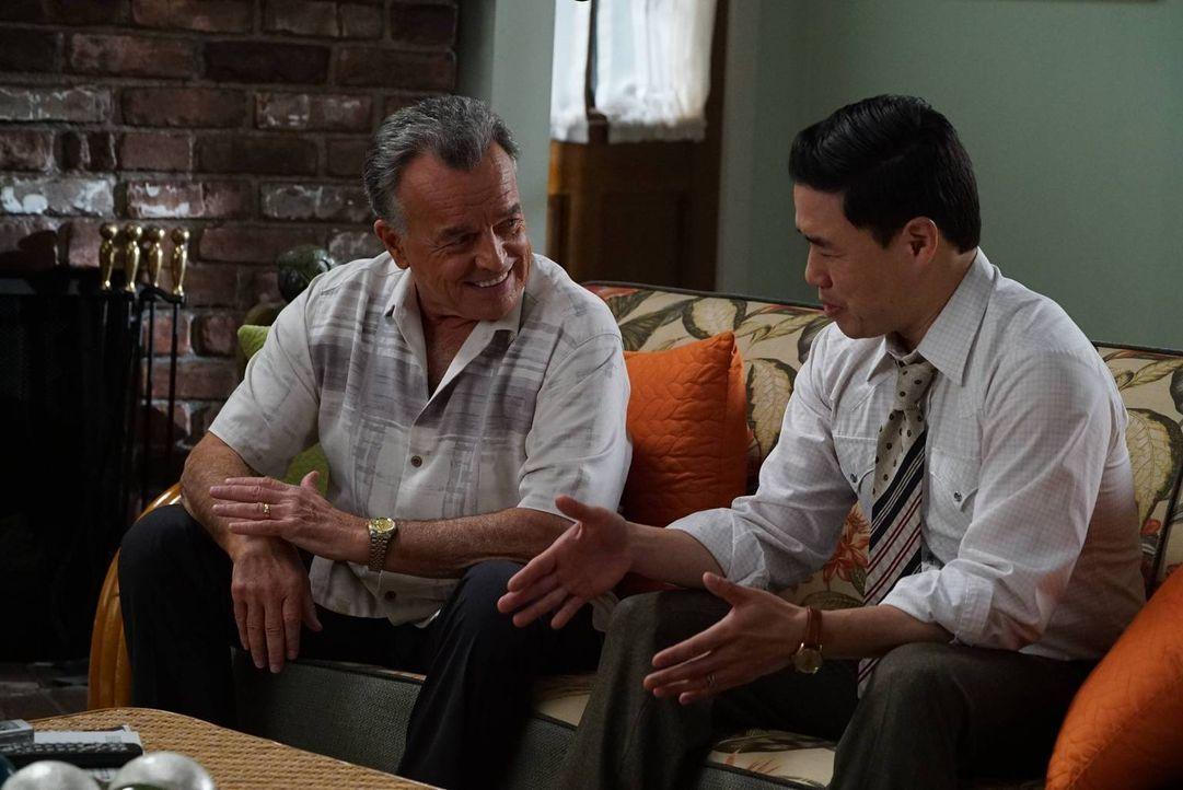 Marvin (Ray Wise, l.) weiß, dass Louis (Randall Park) und Jessica im Alltag gut miteinander harmonieren. Doch als Eddie Läuse bekommt und weitere Fa... - Bildquelle: 2015-2016 American Broadcasting Companies. All rights reserved.