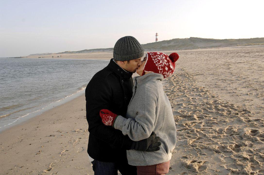 Mit Anna (Jeanette Biedermann, r.) allein am Strand, erkennt Jonas (Roy Peter Link, l.) plötzlich seine wahren Gefühle für sie ... - Bildquelle: Claudius Pflug Sat.1