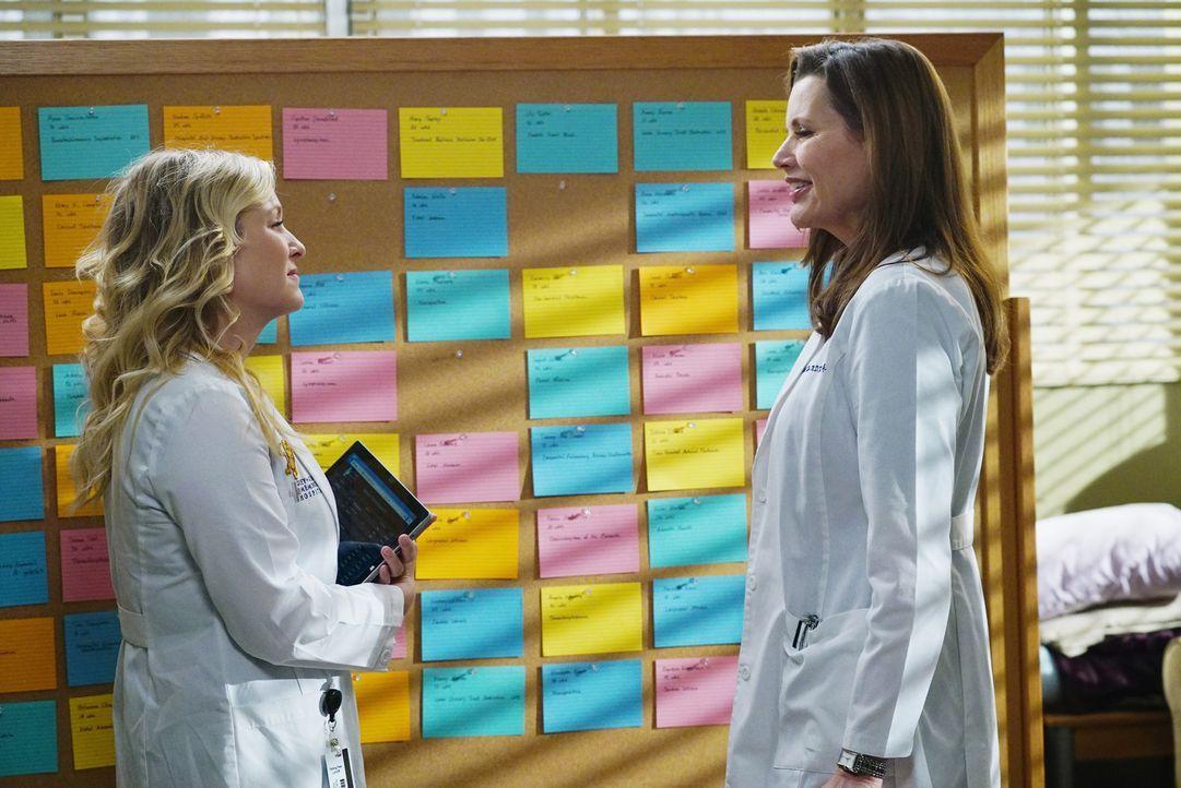 Kommen immer besser miteinander aus: Dr. Hermans (Geena Davis, r.) und Arizona (Jessica Capshaw, l.) ... - Bildquelle: ABC Studios