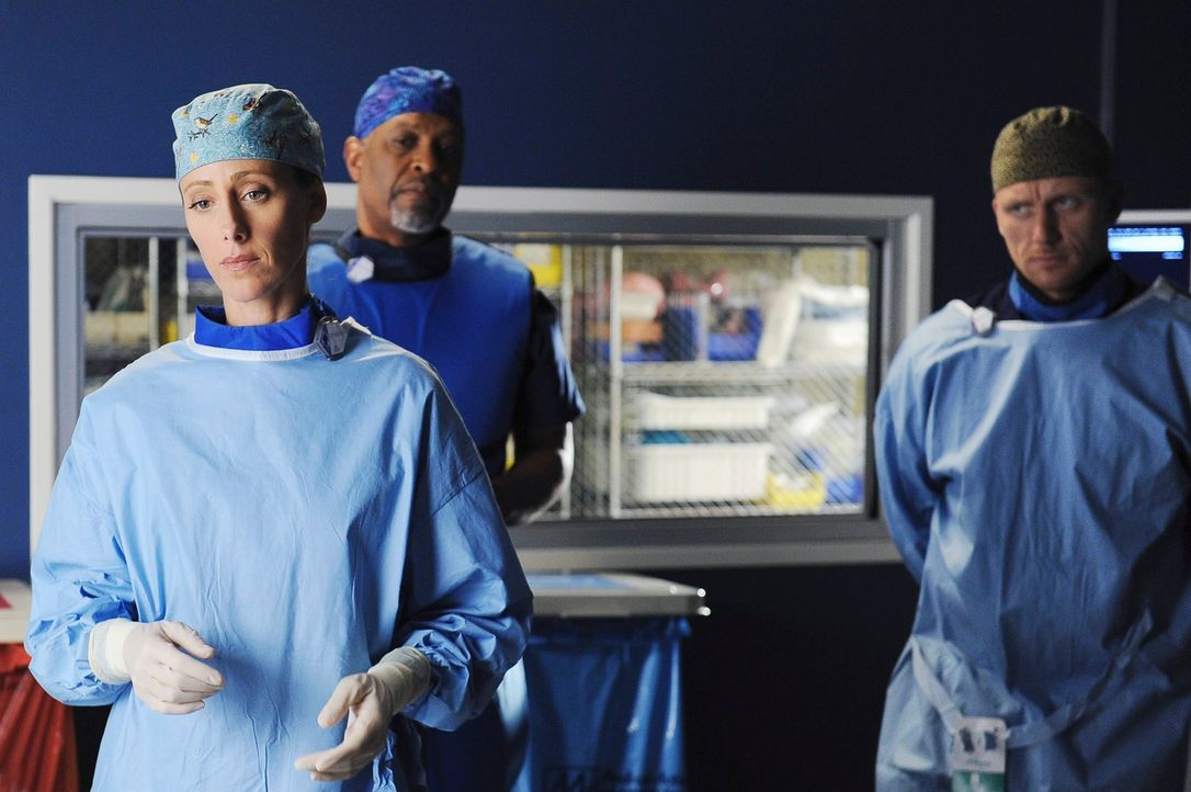 Ein schwierige OP wartet auf Teddy (Kim Raver, l.), Webber (James Pickens jr., M.) und Owen (Kevin McKidd, r.) ... - Bildquelle: Touchstone Television