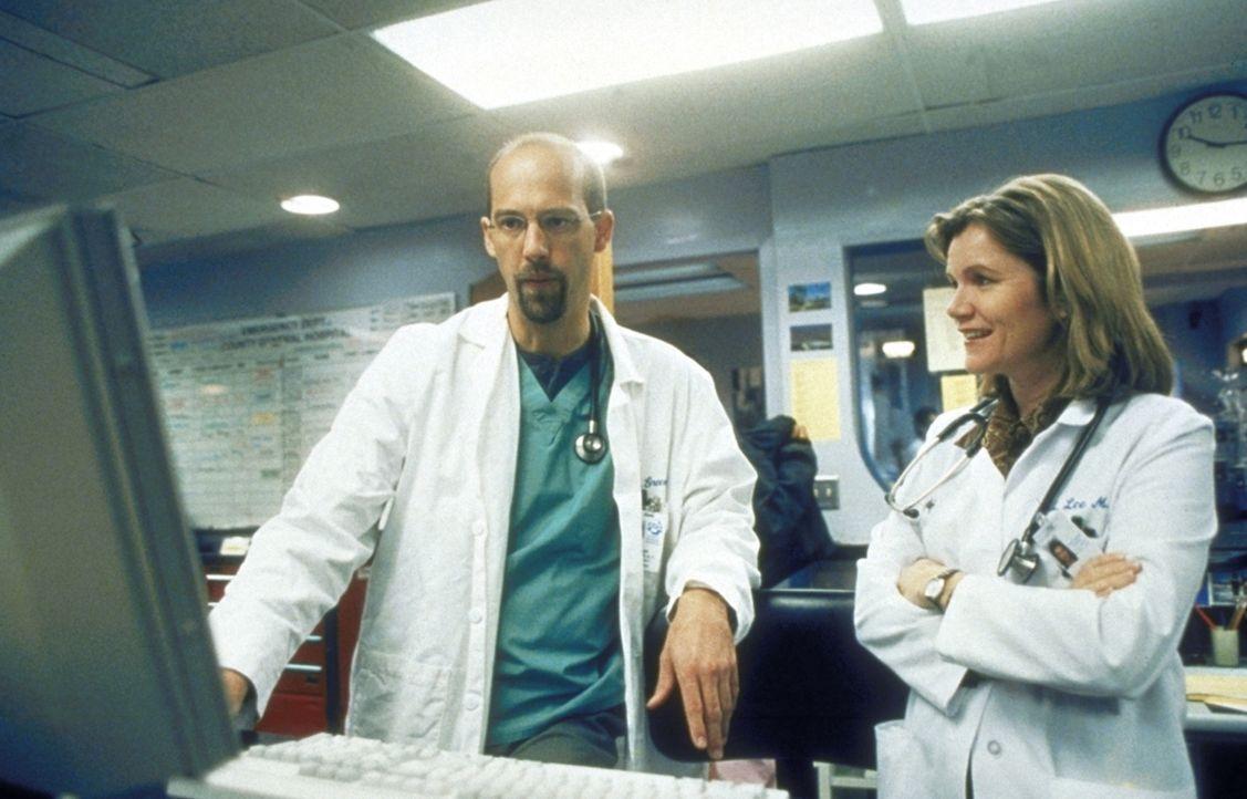 Dr. Greene (Anthony Edwards, l.) interessiert sich sehr für die neue Chefärztin Dr. Lee (Mare Winningham, r.). Doch bald kommt ihm der Verdacht, das... - Bildquelle: TM+  2000 WARNER BROS.