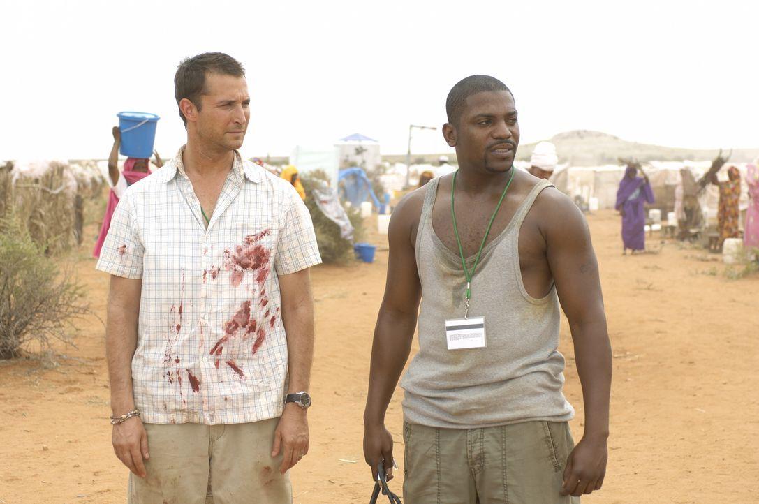 """Pratt (Mekhi Phifer, r.) wird von Carter (Noah Wyle, l.) mit den Worten """"Willkommen in Darfur"""", was es auf den Punkt bringt, begrüßt ... - Bildquelle: Warner Bros. Television"""
