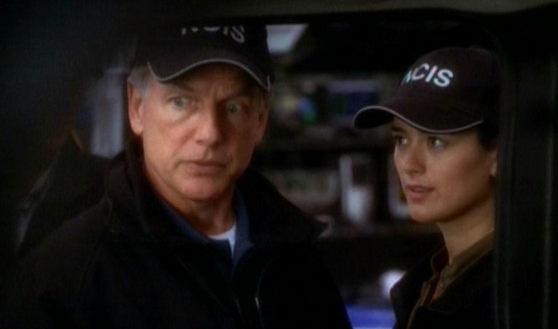 Leroy Gibbs (Mark Harmon, l.) und Ziva David (Cote de Pablo, r.) untersuchen ein Hightechauto am Tatort. - Bildquelle: CBS Television