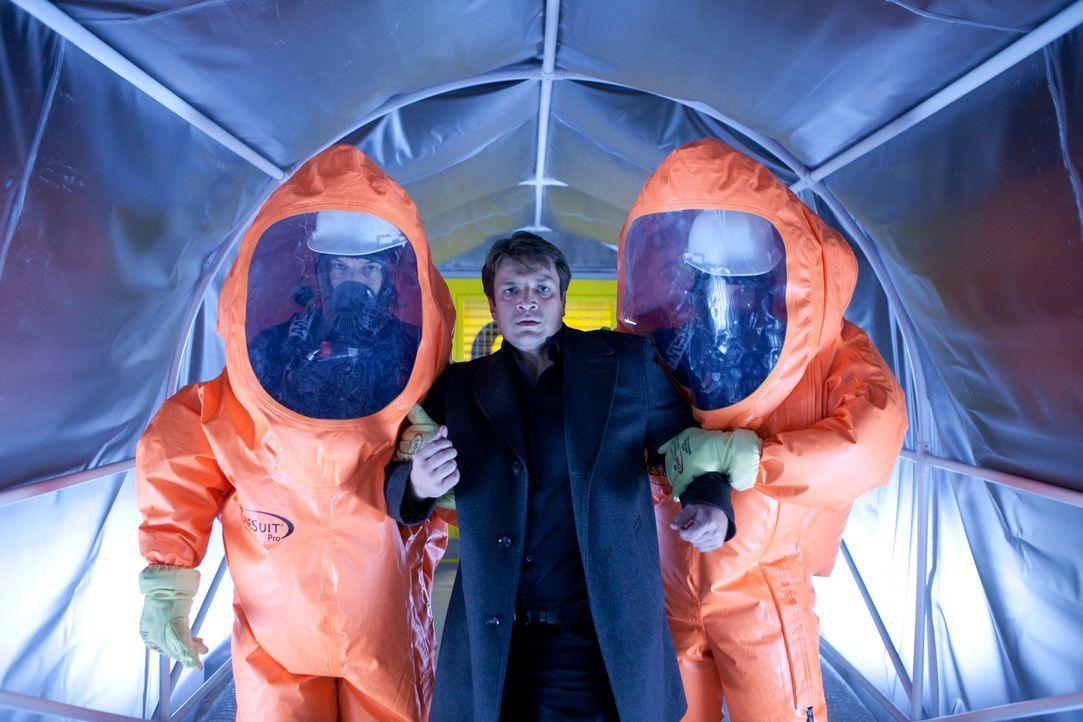 Nachdem Richard Castle (Nathan Fillion, M.) erhöhter Strahlung ausgesetzt war, wird er in einen Schutzraum gebracht. - Bildquelle: 2011 American Broadcasting Companies, Inc. All rights reserved.