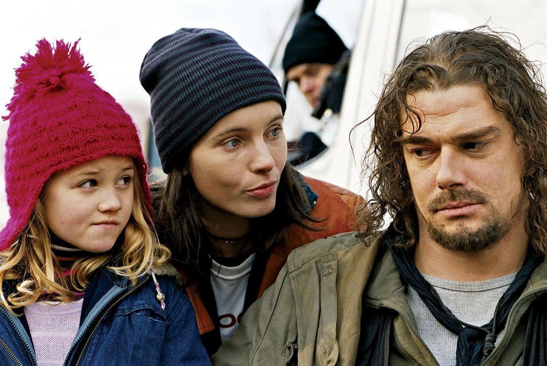 Längst ist die gemeinsame Zeit nur noch eine verblassende Erinnerung. Da treffen Hotte (Martin Feifel, r.) und Nele (Nadja Uhl, M.) nach 13 Jahren... - Bildquelle: 2003 Sony Pictures Television International