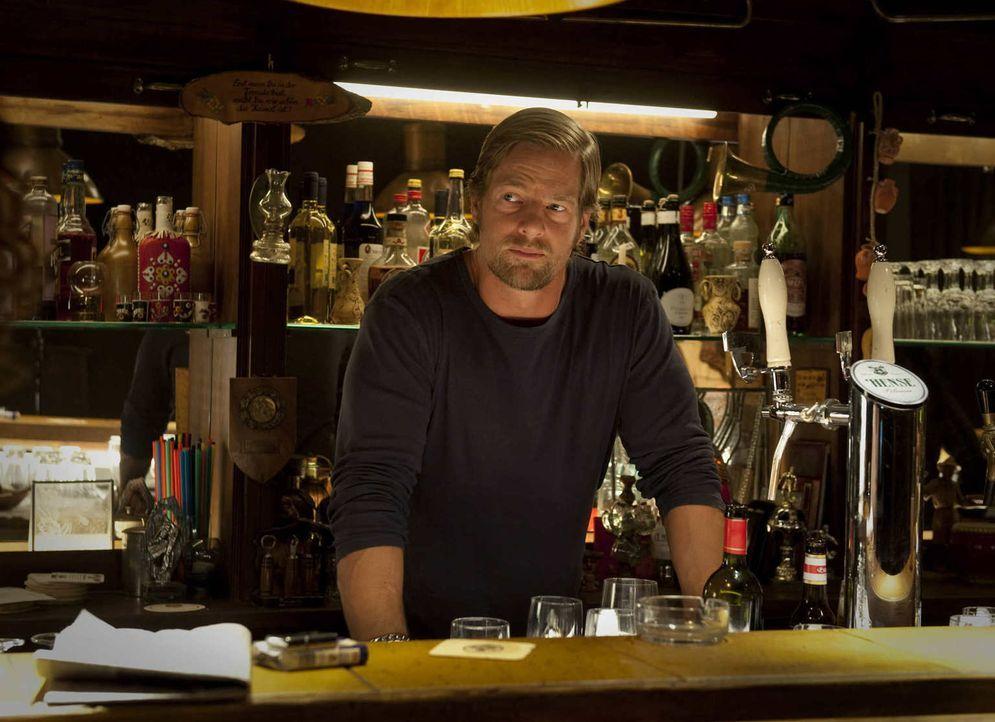(2. Staffel) - Uschis Kneipe ist Micks (Henning Baum) zweites Zuhause. Dort wäscht ihm die Kneipenwirtin regelmäßig den Kopf oder steht dem Macho tr... - Bildquelle: Martin Rottenkolber SAT.1