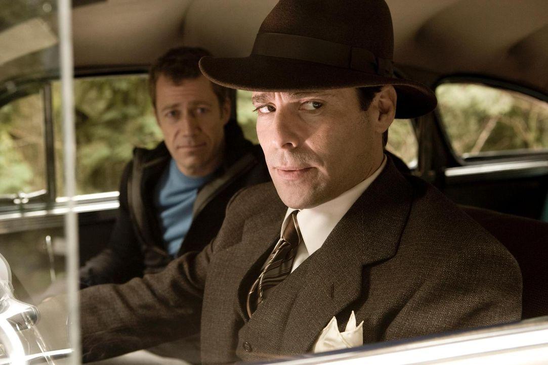 Um wieder nach Eureka zu kommen, bekommen Sheriff Carter, Allison, Joe, Henry und Fargo Hilfe von Dr. Grant (James Callis, r.), einem der Gründer de... - Bildquelle: Universal Television