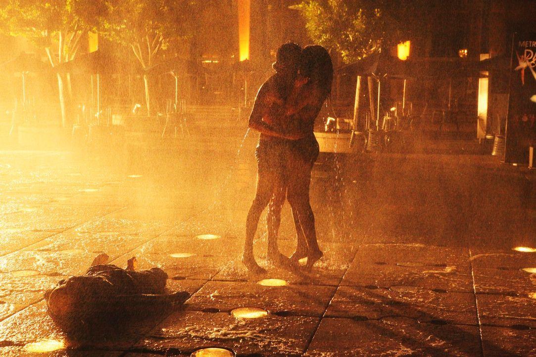 Der Springbrunnen geht aus und das junge Paar (Candace Patton, r. und Paul Diaz, M.) macht eine abscheuliche Entdeckung ... - Bildquelle: ABC Studios