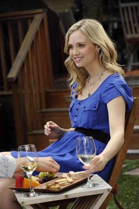 Jenna (Fiona Gubelmann) ist begeistert als sie erfährt, dass Ryan ehrenamtlich in einem Hospiz arbeitet ... - Bildquelle: 2011 FX Networks, LLC. All rights reserved.