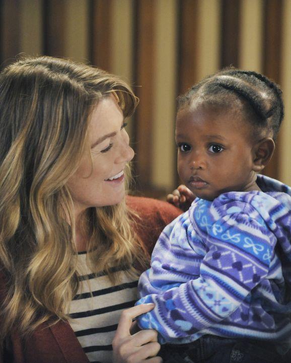 Während Teddy mit dem Tod ihres Mannes zurechtkommen muss, können Meredith (Ellen Pompeo, l.) und Derek endlich ihre Tochter in die Arme schließen .... - Bildquelle: ABC Studios