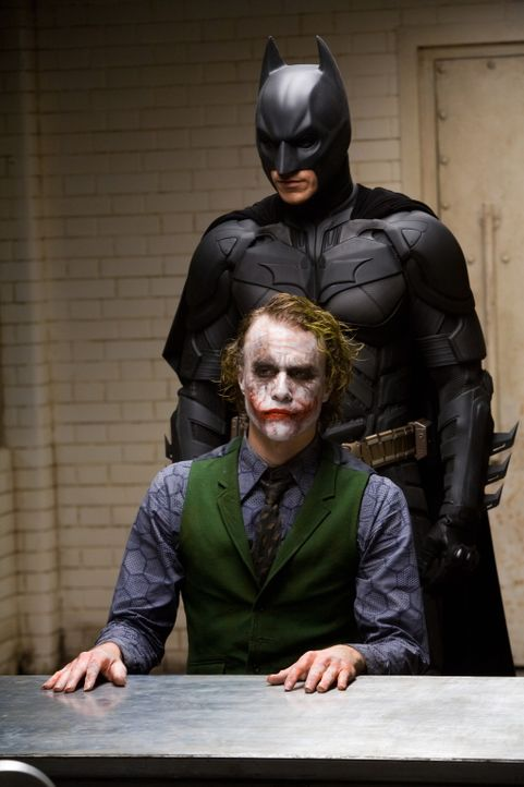Noch ahnt Batman (Christian Bale, hinten) nicht, dass der Joker (Heath Ledger, vorne) ein echt fieses Ass im Ärmel hat ... - Bildquelle: Warner Bros.
