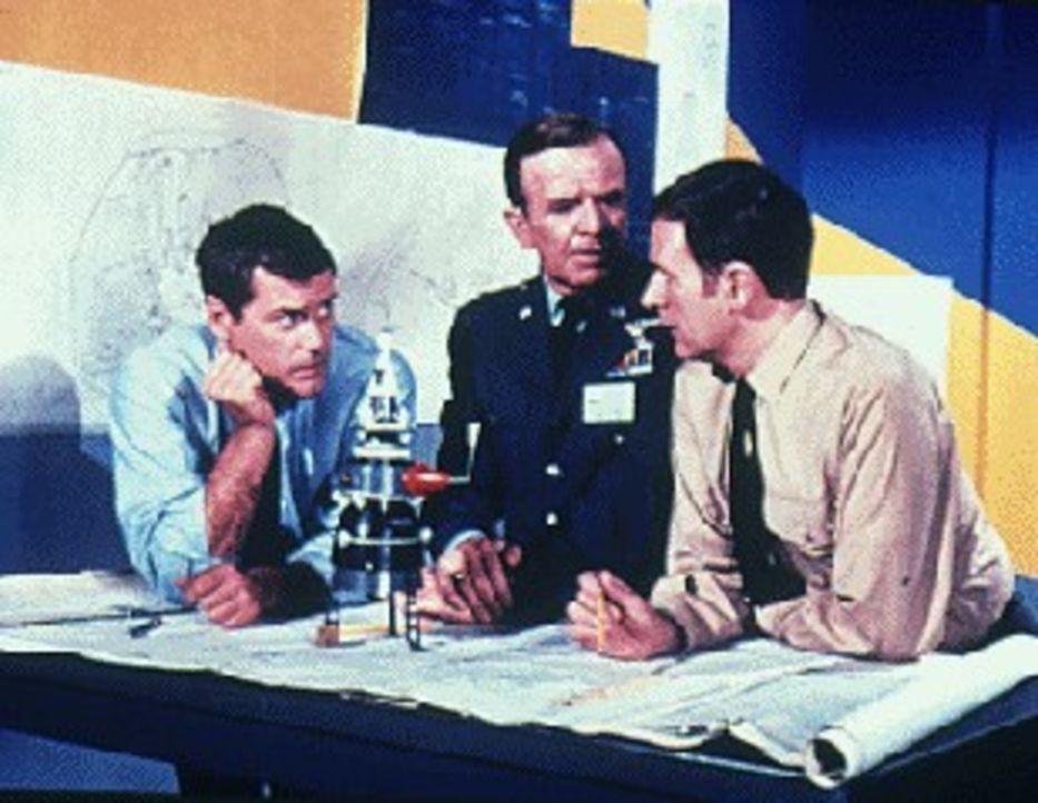 Tony (Larry Hagman, l.) und Roger (Bill Daily, r.) sind gerade mit den Berechnungen für das Raumschiff 'Agnes' beschäftigt, und um ihnen zu helfen,...