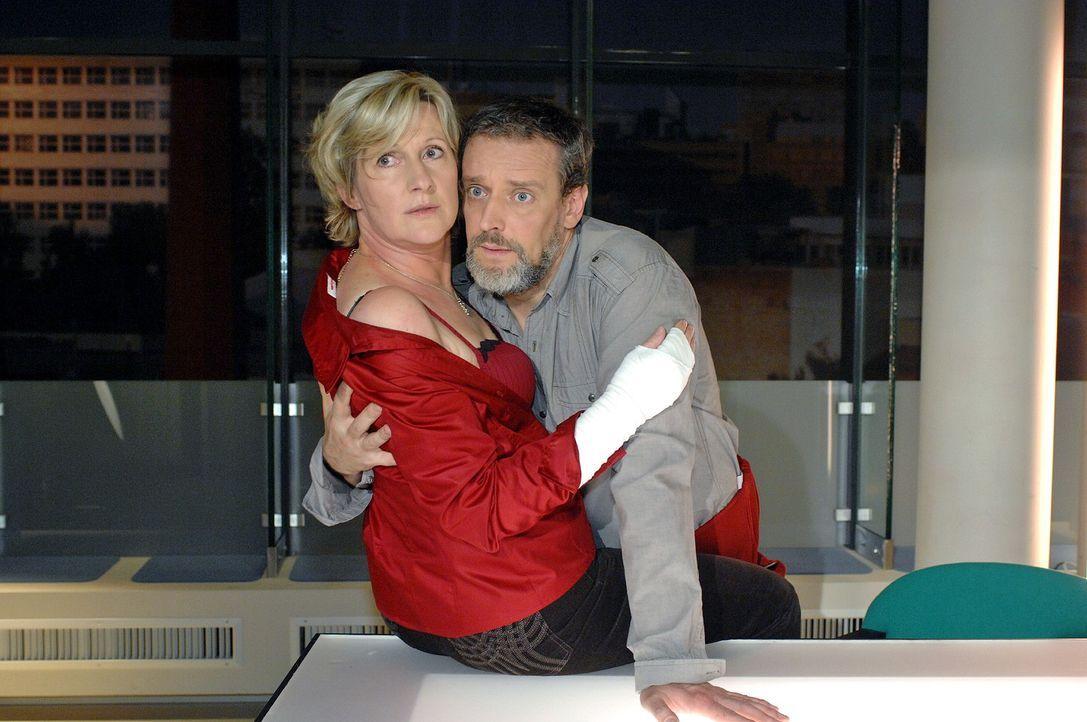 Anna erwischt ihre Mutter (Heike Jonca, l.) und Ulrich (Wolfgang Wagner, r.) in unmissverständlicher Pose ... - Bildquelle: Oliver Ziebe Sat.1