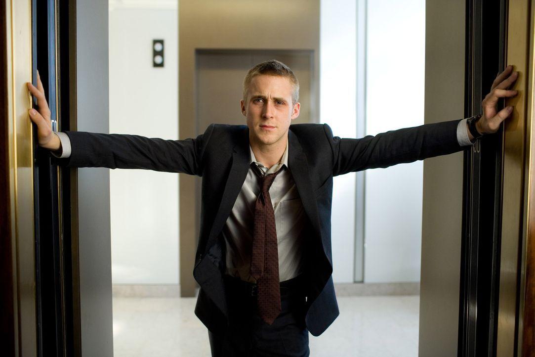 Ted Crawford plant den perfekten Mord und treibt damit den siegeshungrigen Staatsanwalt Willy Beachum (Ryan Gosling) fast in den Wahnsinn ... - Bildquelle: Warner Brothers