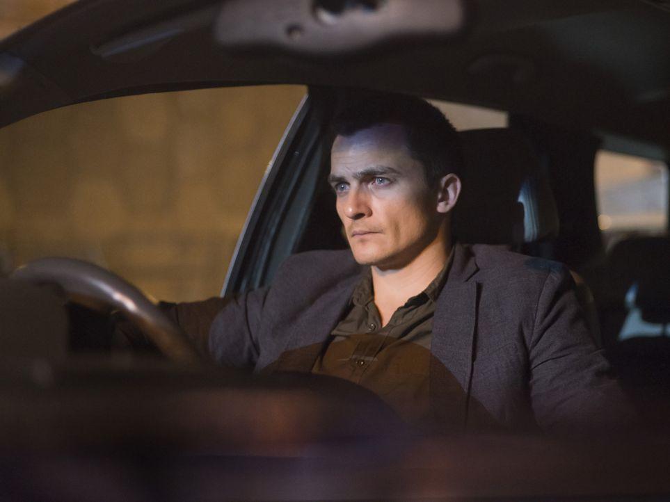 Quinn (Rupert Friend) und Fara observieren einen Verdächtigen, der Kontakt zu Haqqani pflegt, während Saul in große Gefahr gerät ... - Bildquelle: 2014 Twentieth Century Fox Film Corporation