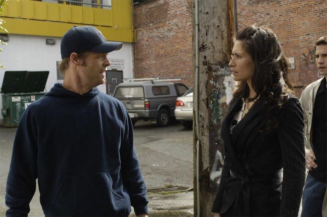 Es ist eigentlich ein gewöhnlicher Morgen für Tom (Joel Gretsch, l.) und Alana (Karina Lombard, r.), doch als dann plötzlich die NTAC auftaucht um T... - Bildquelle: Viacom Productions Inc.