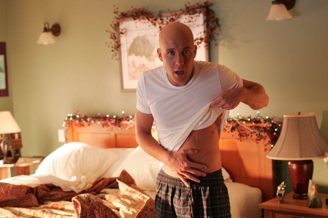 Lex (Michael Rosenbaum) glaubt seinen Augen kaum: Er ist unverletzt und mit Lana verheiratet ... - Bildquelle: Warner Bros.