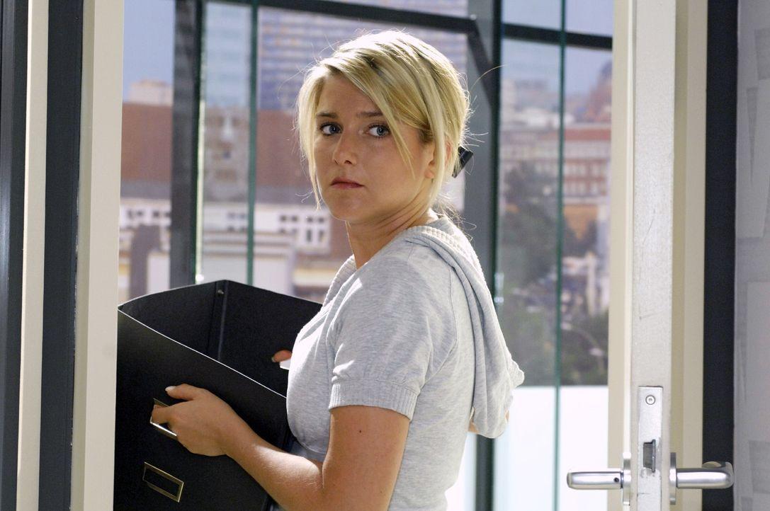 Anna (Jeanette Biedermann) erkennt zufällig, wer ihr Tröster aus dem Internet ist. - Bildquelle: Oliver Ziebe Sat.1
