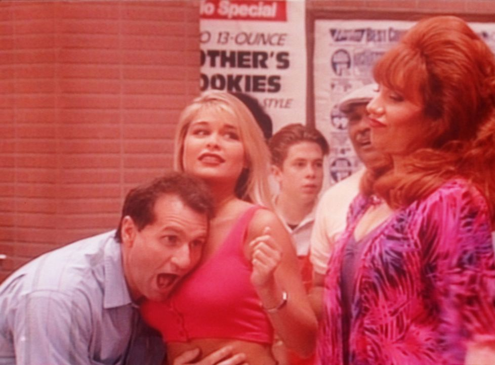 Mit Skepsis beobachtet Peggy (Katey Sagal, r.) wie Al (Ed O'Neill, l.) dem Herzschlag der attraktiven Nibbles (Bobby Brown, M.) lauscht. - Bildquelle: Columbia Pictures