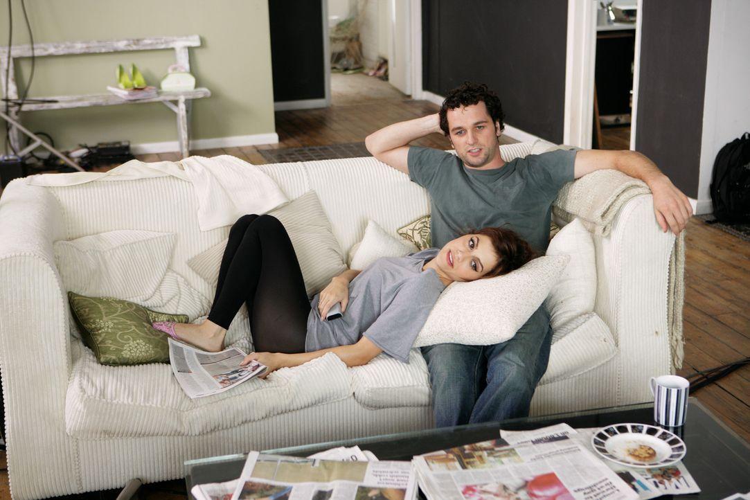 Platonische Freundschaft: Jacks (Brittany Murphy, l.) und Peter (Matthew Rhys, r.) teilen sich ein Apartment. Während ihr eigenes Liebesleben eher... - Bildquelle: Chris Raphael 2007 EUROPACORP - SKYLINE (LoD) LIMITED