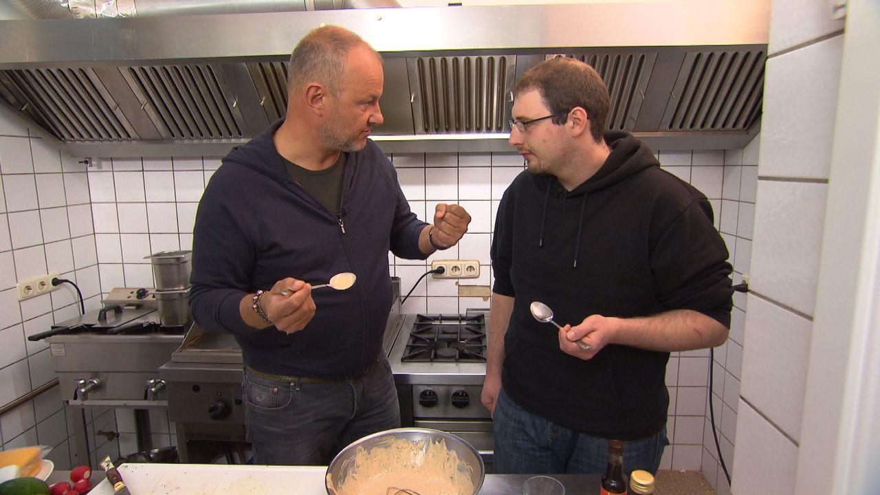 Kann Sternekoch Frank Rosin (l.) dem verzweifelten Wirt wirklich in kürzester Zeit beibringen, wie man aus guten Zutaten richtig gute Mahlzeiten zub... - Bildquelle: kabel eins