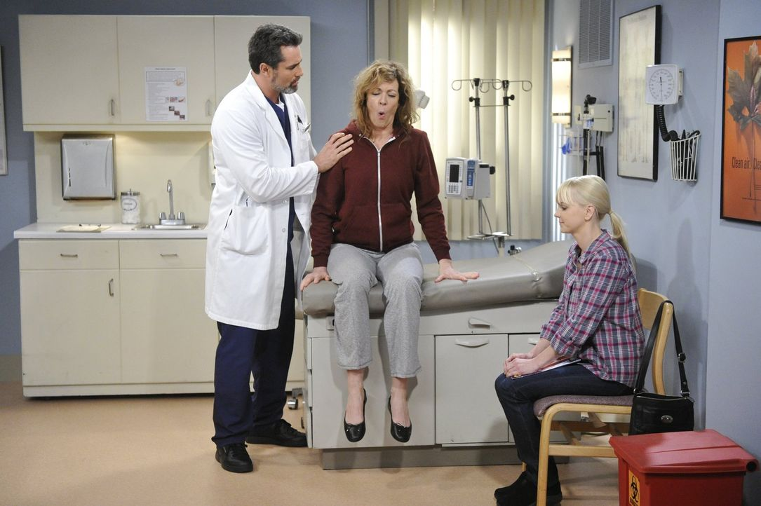 Die Diagnose des Arztes (Victor Webster, l.) beschäftgt Christy (Anna Faris, r.) und Bonnie (Allison Janney, M.) noch eine ganze Weile ... - Bildquelle: Warner Bros. Television
