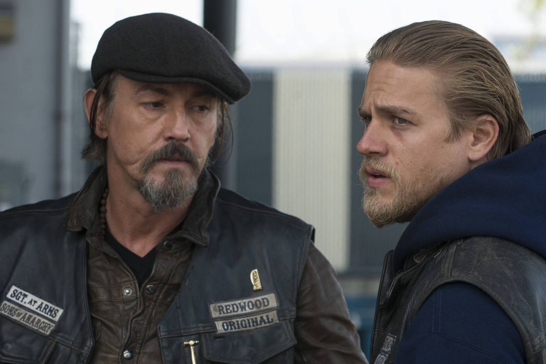 Chibs (Tommy Flanagan, l.) unterstützt seinen Präsidenten auch bei fragwürdigen Entscheidungen, aber auch Jax (Charlie Hunnam, r.) kann nicht alles... - Bildquelle: 2012 Twentieth Century Fox Film Corporation and Bluebush Productions, LLC. All rights reserved.