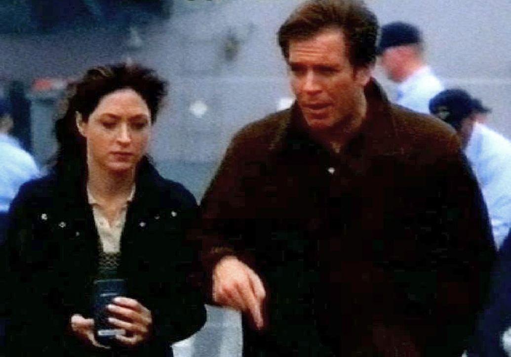 Caitlin 'Kate' Todd (Sasha Alexander, l.) und Tony DiNozzo (Michael Weatherly, r.) ermitteln auf der USS Foster ... - Bildquelle: CBS Television