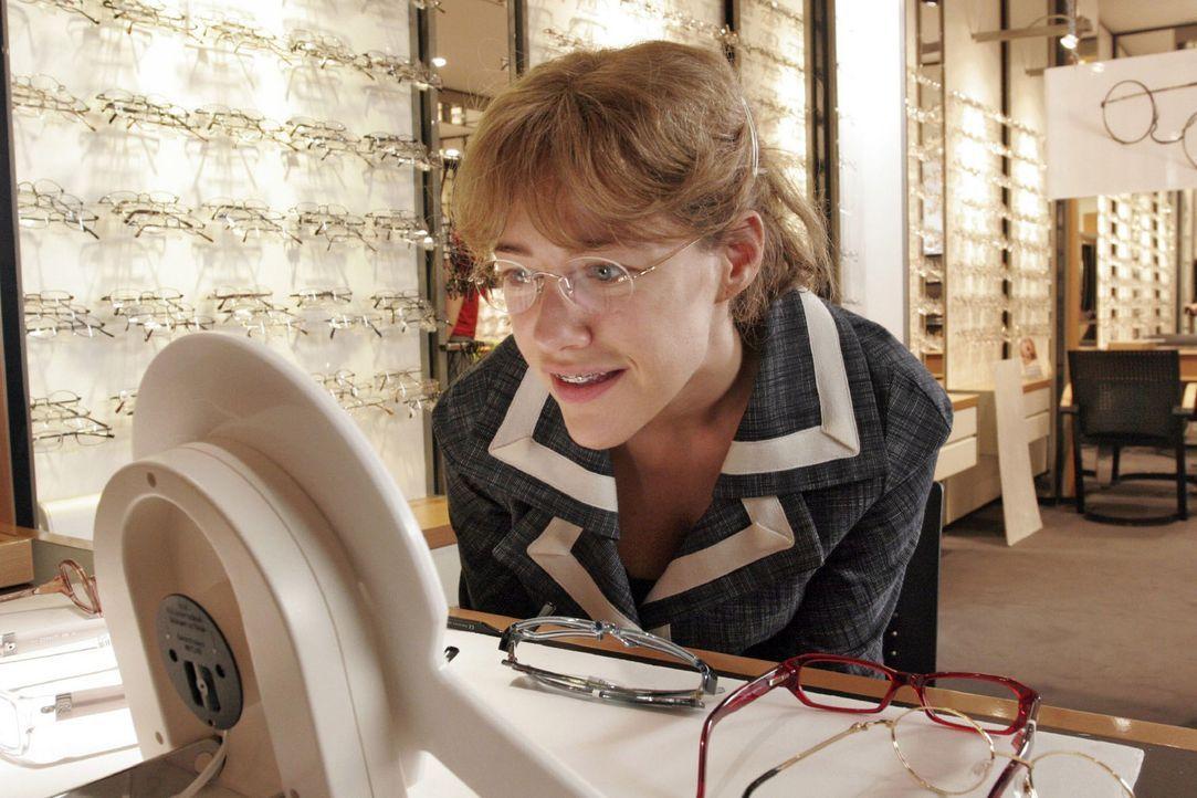 Lisa (Alexandra Neldel) hat sich beim Optiker eine neue Brille ausgesucht und lächelt sich im Spiegel an. (Dieses Foto von Alexandra Neldel darf nu... - Bildquelle: Noreen Flynn Sat.1