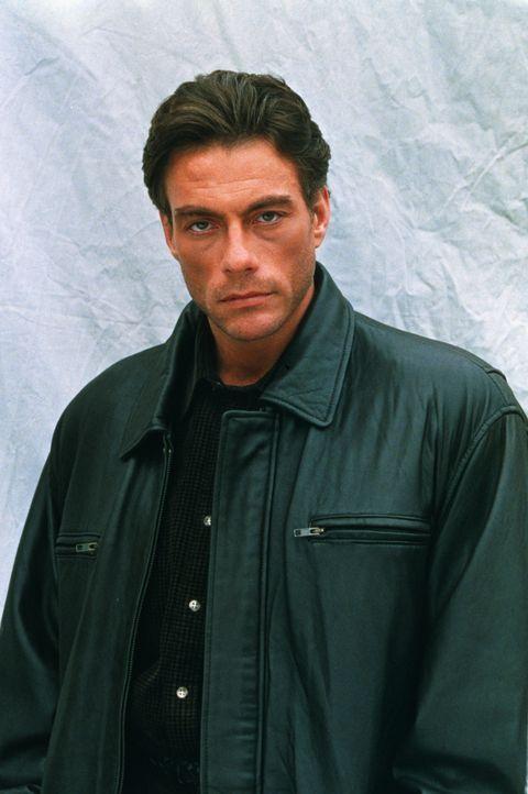 Inspektor Alain Moreau (Jean-Claude Van Damme) von der Mordkommission in Nizza wusste nie, dass er einen Zwillingsbruder hat - bis er eines Tages vo... - Bildquelle: Sony Pictures Television International. All Rights Reserved.