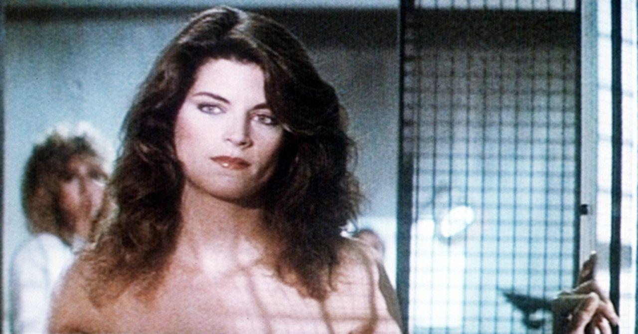 Jackie Rogers (Kirstie Alley) ahnt nicht, dass ihr Freund ein total irrer und gefährlicher Ingenieur ist, der mörderische Todes-Spinnen aus Stahl... - Bildquelle: TriStar Pictures