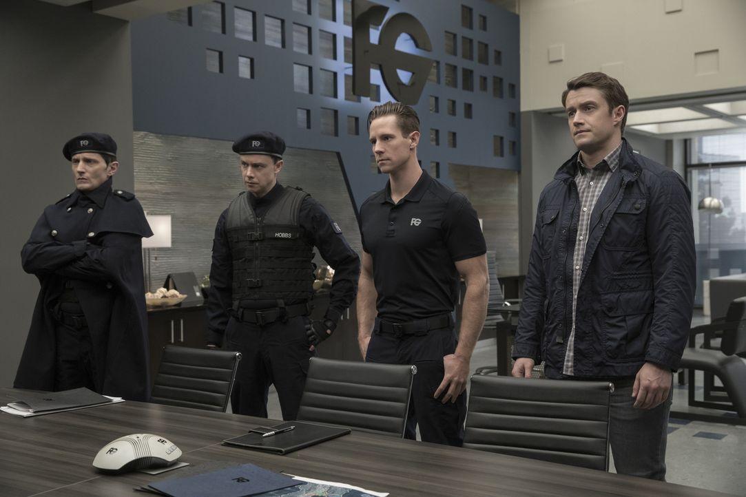 (v.l.n.r.) Enzo Lambert (John Emmet Tracy); Hobbs (Adam Greydon Reid); Chase Graves (Jason Dohring); Major (Robert Buckley) - Bildquelle: Warner Bros.