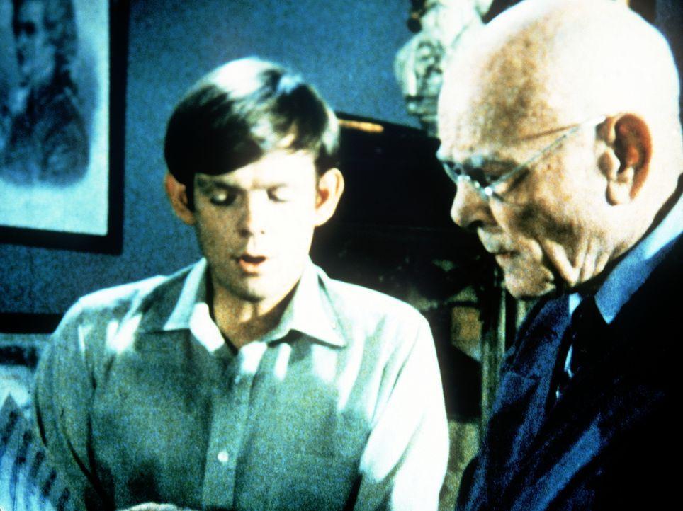 Jason (Jon Walmsley, l.) hat seinem Lehrer Professor Bown (Dean Jagger, r.) seine Abschlusskomposition vorgespielt. Doch der Professor ist davon nic... - Bildquelle: WARNER BROS. INTERNATIONAL TELEVISION
