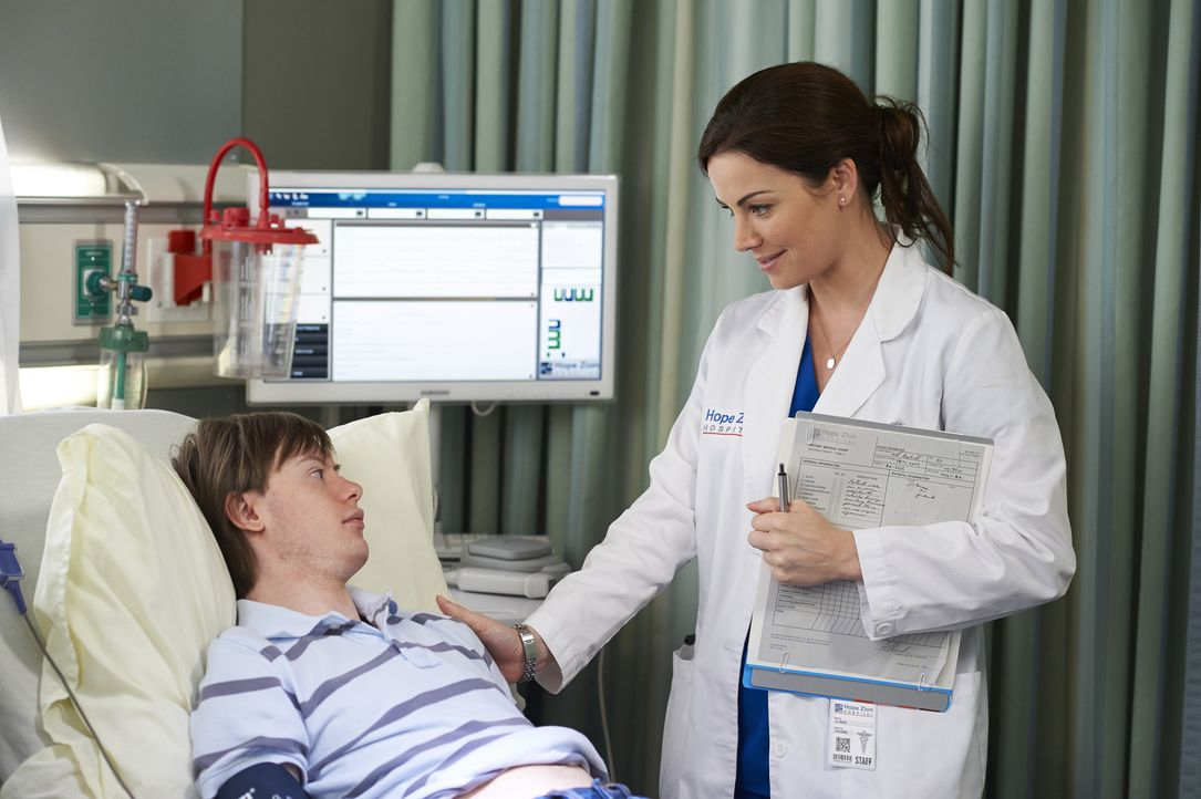 Will (Dylan Harman, l.) hofft darauf, seiner Mutter mit einer Organspende das Leben retten zu können, doch all die bürokratischen Schritte machen es... - Bildquelle: Ken Woroner 2014 Hope Zee Three Inc.