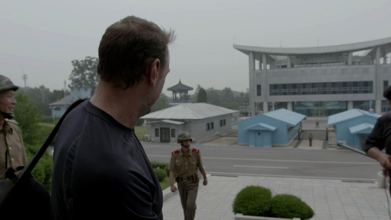 Bei seinem Besuch in Nordkorea wird Tom Waes von zwei nordkoreanischen Regierungmitarbeitern auf Schritt und Tritt begleitet. Auch die Route ist von... - Bildquelle: 2013 deMENSEN