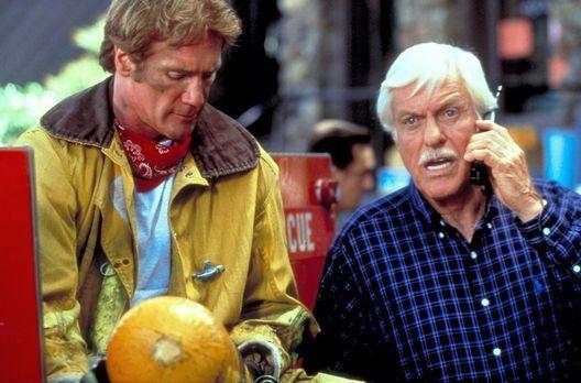 Diagnose: Mord - Steve (Barry Van Dyke, l.) und Mark (Dick Van Dyke, r.) erku...