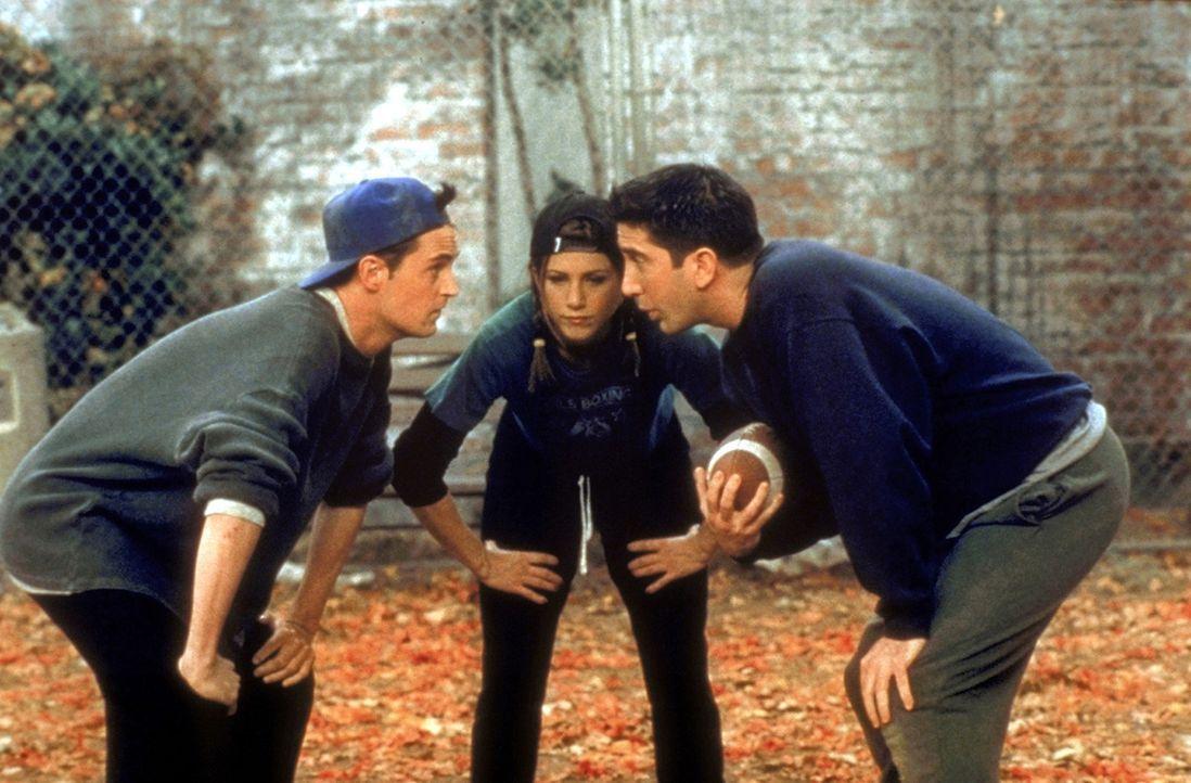 (v.l.n.r.) Die Footballspieler Chandler (Matthew Perry) und Rachel (Jennifer Aniston) hören ihrem Kapitän Ross (David Schwimmer) aufmerksam zu ... - Bildquelle: TM+  2000 WARNER BROS.