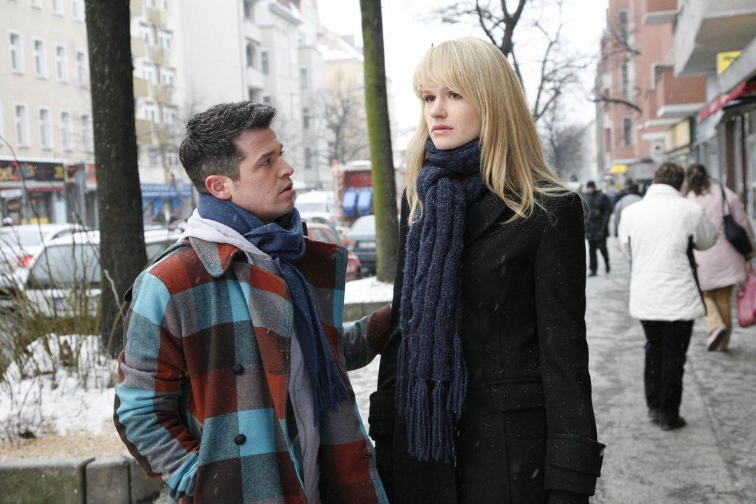 Bilge (Olgu Caglar, l.) versucht Jessica (Isabell Ege, r.) schonend beizubringen, dass Moritz nicht wieder auftaucht. - Bildquelle: SAT.1