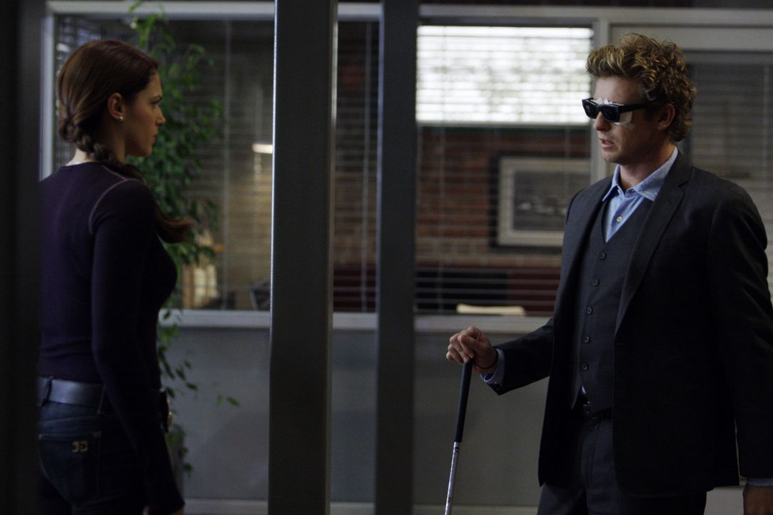 Grace (Amanda Righetti, l.) hat einen neuen Lover, der nicht nur ihr Leben, sondern auch das von Patrick (Simon Baker, r.) verändert ... - Bildquelle: Warner Bros. Television