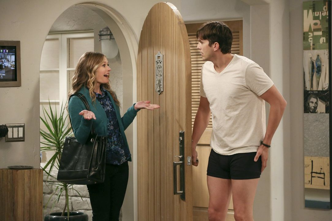 Für Walden (Ashton Kutcher, r.) und Alan kommen große Probleme mit Sozialarbeiterin Ms. McMartin (Maggie Lawson, l.) ins Haus ... - Bildquelle: Warner Brothers Entertainment Inc.