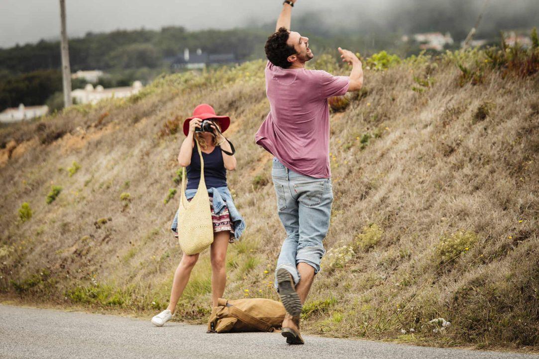 Als Eva (Felicitas Woll, l.) den Fotografen Luis (Renato Schuch, r.) im Portugalurlaub kennenlernt, ahnt sie sogleich, dass das der Mann ist, mit de... - Bildquelle: Joao Tuna SAT.1