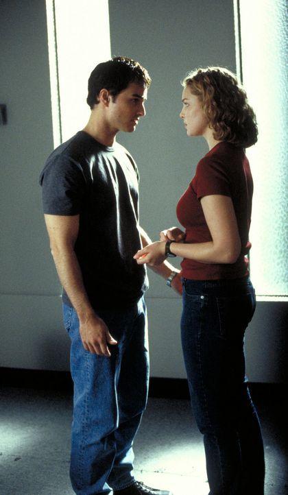 Haben einen wahnwitzigen Plan, der sie Kopf und Kragen kosten kann: die politisch engagierten Studenten Bobby (Kerr Smith, l.) und Aizy (Katherine H... - Bildquelle: 2003 NBC, Inc. All rights reserved.