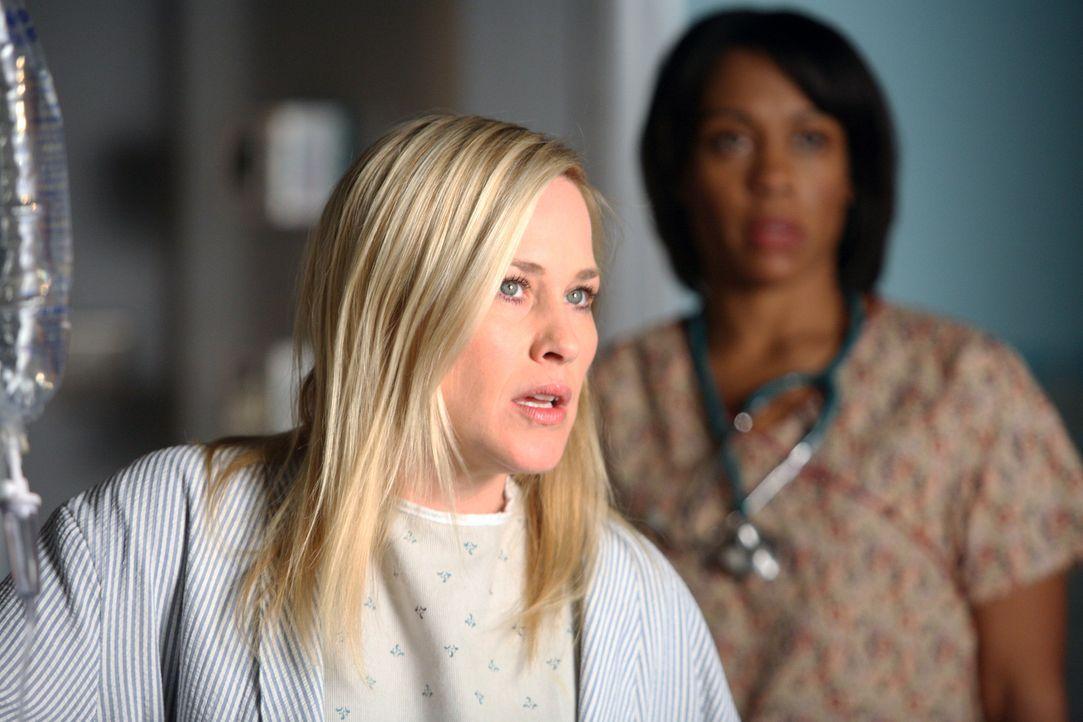 Aus Allison (Patricia Arquette, l.) spricht der Geist des im Koma liegenden Todd Emory, was für erhebliche Verwirrung sorgt ... - Bildquelle: Paramount Network Television