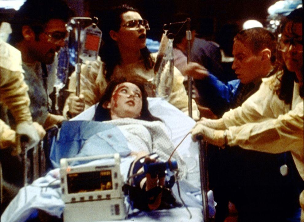 Die schwangere Zoe (Sally Livingston) ist Opfer eines Bombenanschlags geworden. Was geschieht mit ihrem Baby? - Bildquelle: TM+  2000 WARNER BROS.